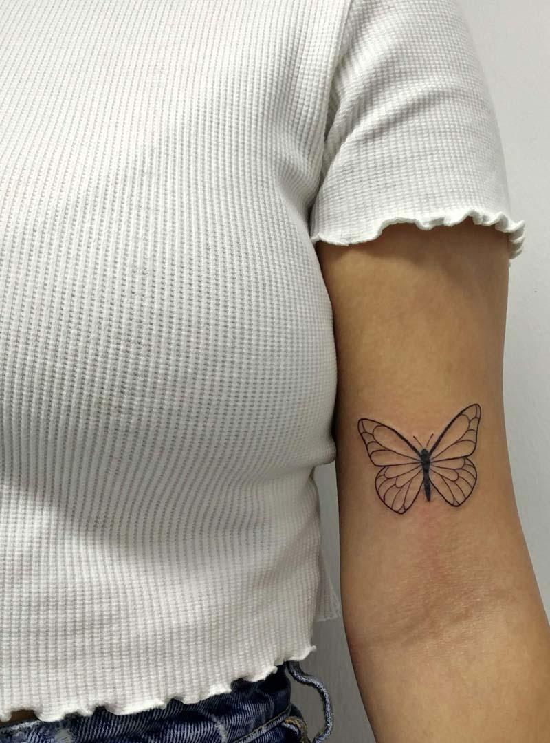 butterfly line work tattoo קעקוע פרפר בקווים עדינים שחור מדויק