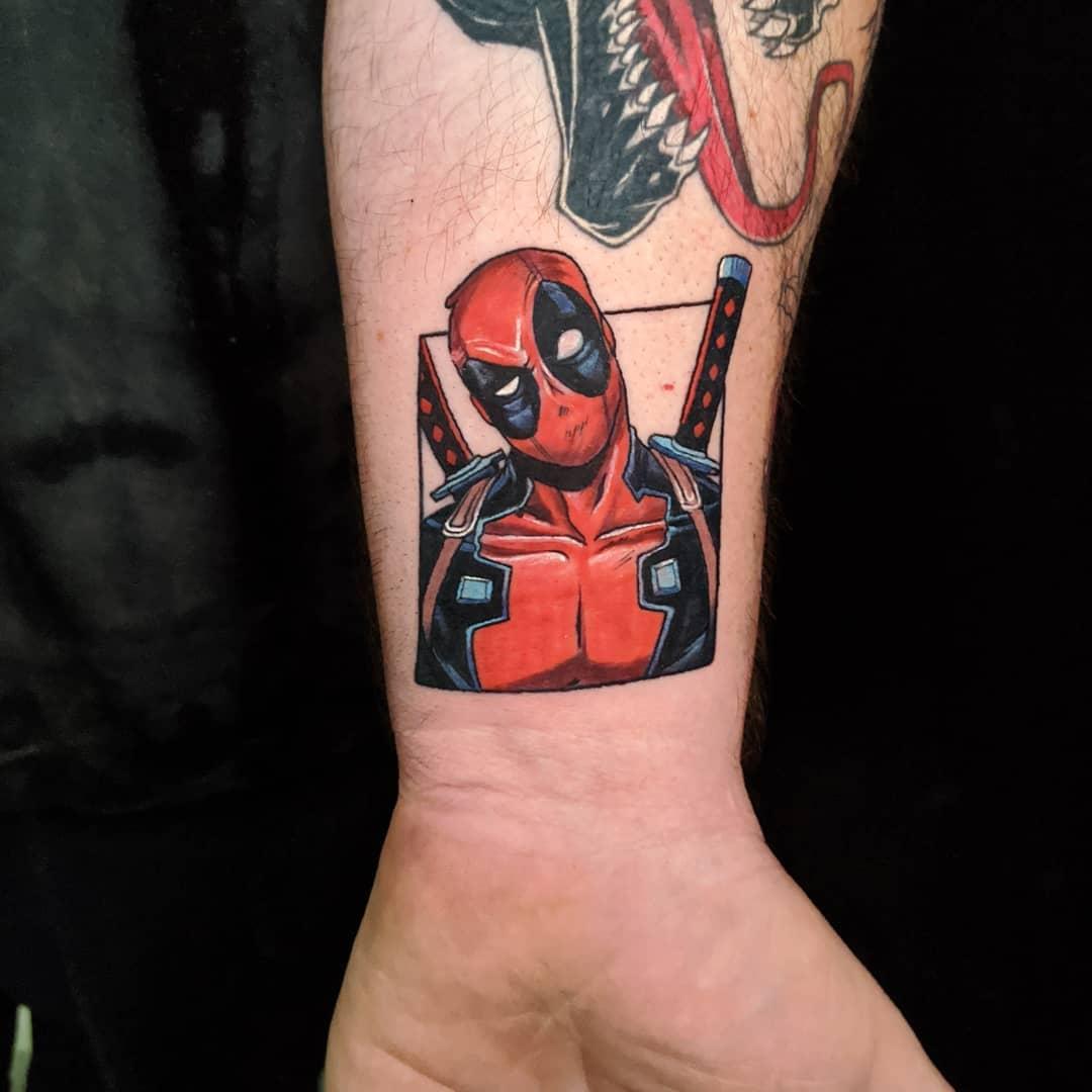 colorful and deadly deadpool cartoon tattoo קעקוע צבעוני בסגנון קומיקס דדפול