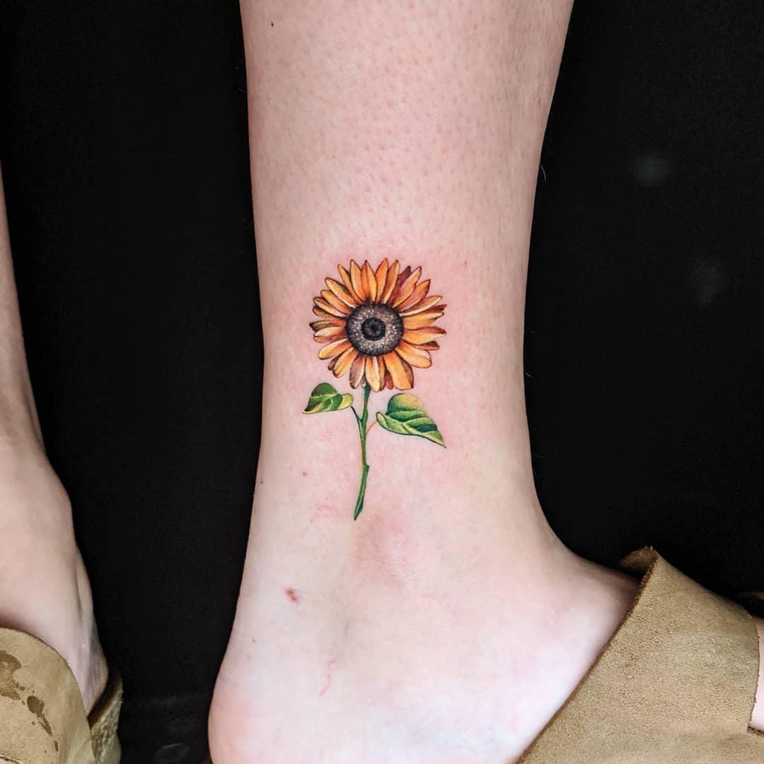 micro realistic sunflower tattoo color yellow green blck קעקוע מיקרו ראליסטי חמניה על הרגל צהוב ירוק שחור