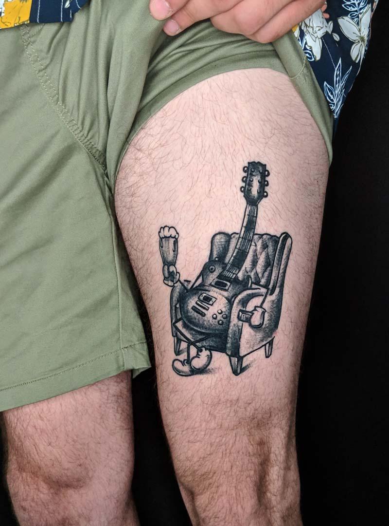 while my guitar gently drinks beer גיטרה כסא בירה שחור דארק