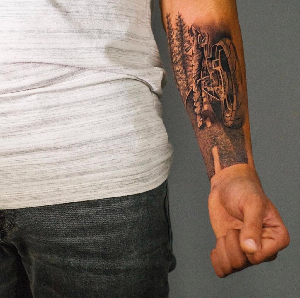 Bike tattoo just do it micro realisem  קעקוע אופנוע מיקרו ראליסטי קעקועים לגברים קעקוע על הזרוע